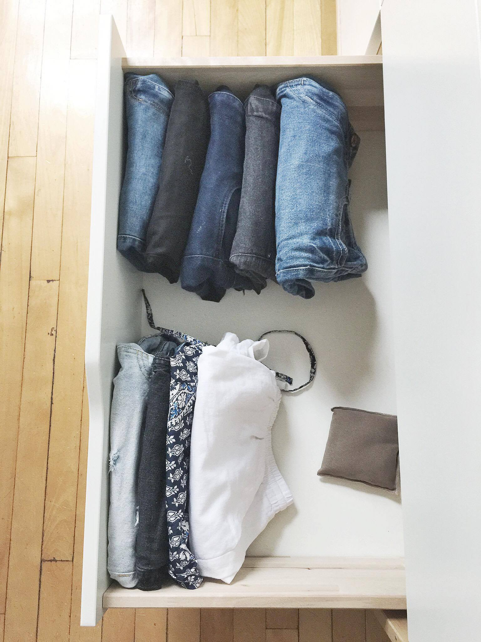 Plier ses vêtements selon la méthode Kon Mari- garde-robe minimaliste